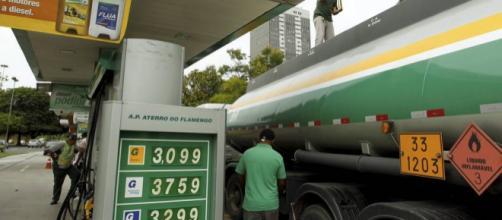 Alta do dólar pode gerar aumento da gasolina em todo o Brasil