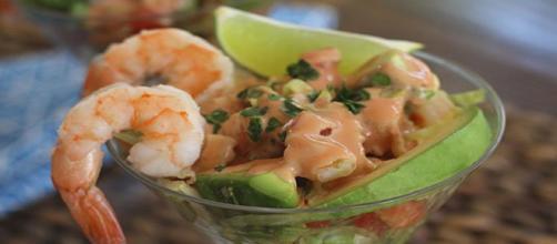 Aprende a preparar un delicioso aguacate con camarones