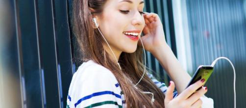 Consecuencias de escuchar la música muy alta con los auriculares bekiasalud.com