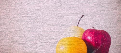 Extracto de manzana y pera con naranja sobre el cemento con- depositphotos.com