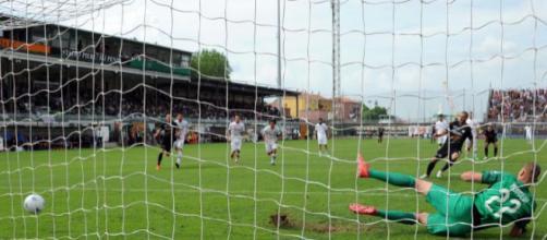 Nella foto della Lega B, Litteri spiazza Noppert e realizza la rete dell'1-0