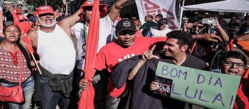 Quebra-quebra entre delegado da PF e militantes de Lula acaba em Polícia civil.