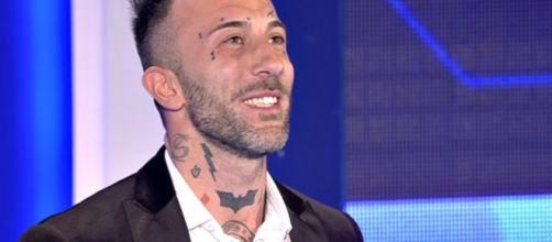 Simone Coccia Colaiuta: imbarazzo per un assorbente al Gf