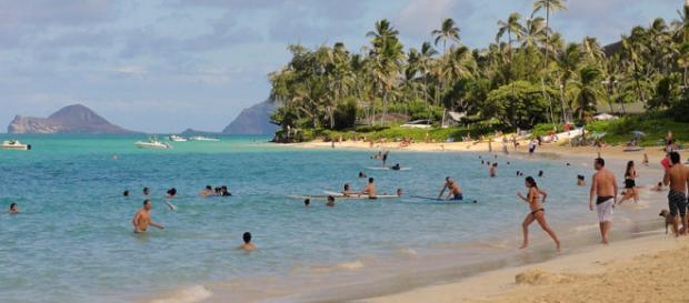 Beachgoers in Lanikai, Hawaii (Image credit – Cristo Vlahos, Wikimedia Commons)