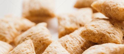 almohadas de cereal con relleno en el fondo blanco del chocolate ... - depositphotos.com