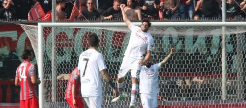 Nella foto della Lega B, Marco Zambelli esulta dopo il gol segnato alla Cremonese