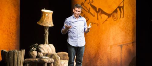 Nella foto, Maurizio Colombi interpreta Caveman, l'uomo delle caverne.