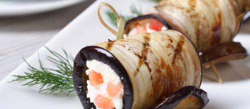 Rollitos de berenjena rellenos de tomate y requesón - Recetín - recetin.com