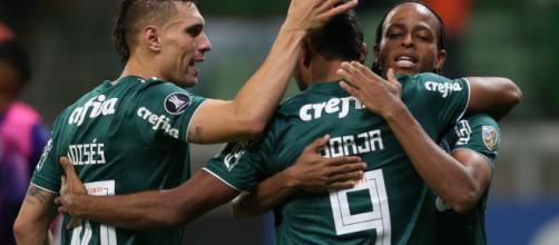 Três jogadores do Palmeiras, em uma comemoração