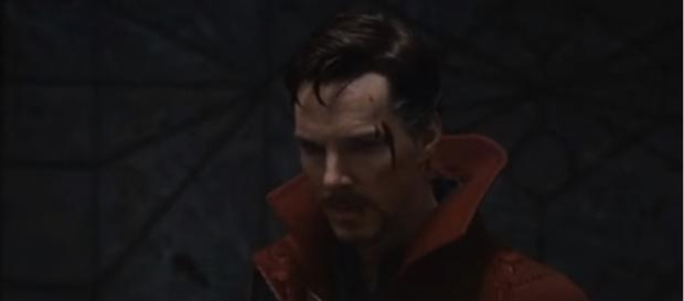 Doctor Strange returning from New York to defend the Hong Kong sanctum against Kaecilius. [Image via Kenrry TV/YouTube screencap]