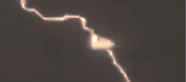 Imagem de inusitado 'objeto' durante queda de raio impressiona internautas (Divulgação)