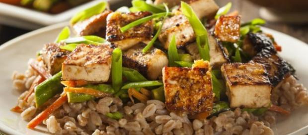 Menu vegano: tofu, melanzane e ananas.