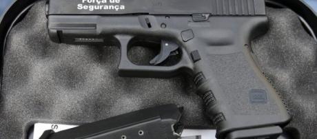 A arma que deveria proteger os polícias, acaba por ser, infelizmente, aquela com a qual eles acabam com a vida