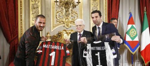 Consegna delle maglie ufficiali di Milan e Juventus a Sergio Mattarella.