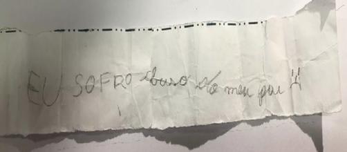 Criança escreve bilhete para amiga