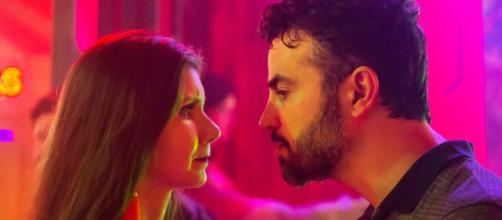 ''O Outro Lado do Paraíso'': Juvenal fica chocado ao ver Desirée no pole dance