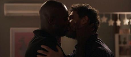 Cido e Samuel protagonizam beijo apaixonado
