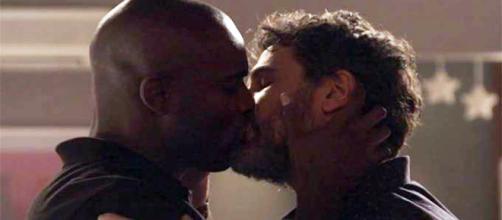 Cido (Rafael Zulu) e Samuel (Eriberto Leão) se beijam em 'O Outro Lado do Paraíso' (Reprodução/TV Globo