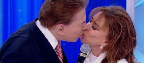 Silvio Santos e Íris Abravanel se beijam.