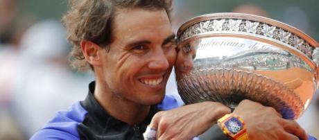 Avec émotion et larmes aux yeux, Rafael Nadal a serré dans ses bras sous 11ième trophée à Roland Garros