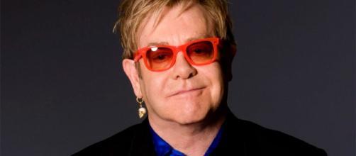 Elton John llama a boicotear las redes sociales.