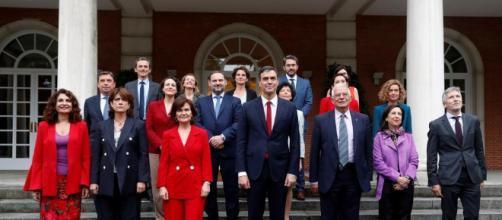 Foto del família del primer consejo de Ministros de Pedro Sánchez. Public Domain.