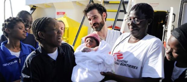 Rescatan a unos 2.000 inmigrantes y un bebé recién nacido en las ... - clarin.com
