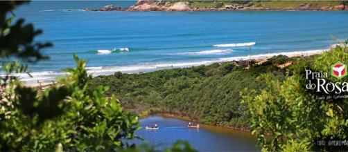 A Praia do Rosa está localizada no litoral de Santa Catarina, há 90 km de distância de Florianópolis
