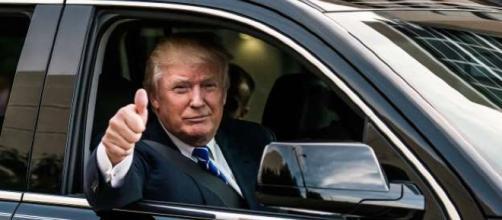 Donald Trump le muestra el interior de su limusina a Kim
