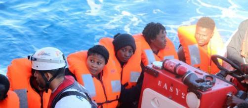 El 'Aquarius' está desbordado de personas e Italia mandará barcos militares para ayudar