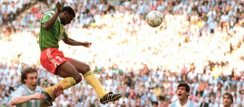 L'incredibile gol di testa di Omam-Biyik in Argentina-Camerun, match inaugurale dei Mondiali del 1990