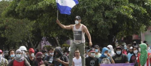 Nicaragua protesta contra el presidente Daniel Ortega colocando barricadas