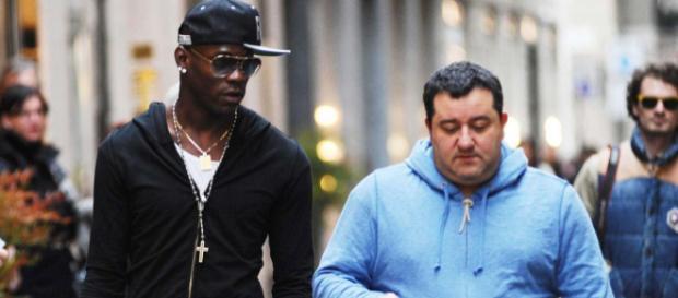 Mario Balotelli est suivi de très près par son agent Mino Raiola, qui veut lui assurer un salaire décent.