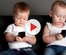 Non bisogna dare gli smartphone ai bambini, ecco cosa dice la società italiana di pediatria