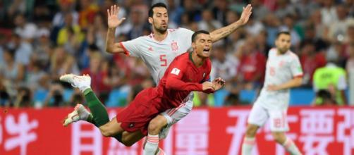 Disputa entre CR7 e Busquets; o português marcou um gol de falta (foto: fifa.com)