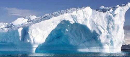 Un imponente blocco di ghiaccio in Antartide.