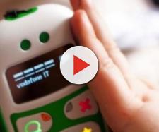 Cellulari ai bambini, genitori avvertiti dai pediatri: 'Mai prima del secondo anno d'età'