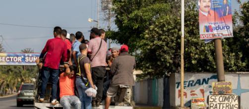 VENEZUELA/ Aumenta el uso de transporte improvisado debido al déficit en estos servicios