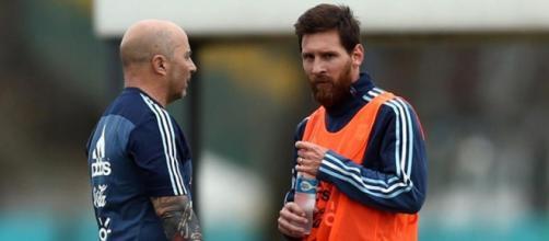 Jorge Sampaoli, C.t. dell'Argentina e Lionel Messi a colloquio durante un alenamento