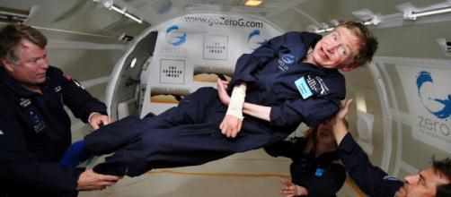 La voce di Stephen Hawking lanciata nello Spazio tramite un buco nero