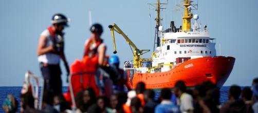 Otros 790 inmigrantes a bordo de un barco italiano se suman a los ... - lavanguardia.com