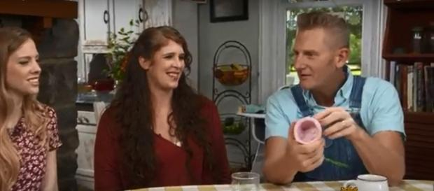 Rory Feek still feels the same love and bonds of family after Joey's passing, and he's back on stage. - [CBS Sunday Morning / YouTube screencap]