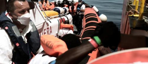 España recibe a los 629 inmigrantes rescatados por el Aquarius