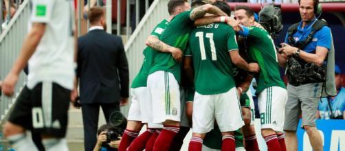 Jugadores del equipo mexicano celebrando el gol de la victoria