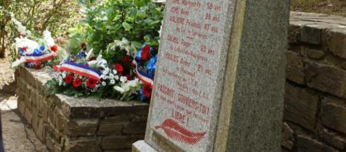 La stèle du souvenir au sommet du col de Serrière