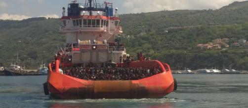 Nave con a bordo centinaia di migranti