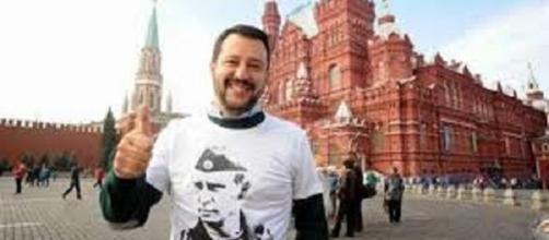 Salvini a Mosca indossa la maglietta di Putin