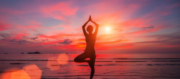 Postura do Ioga realizada ao pôr do sol. [Imagem de domínio público]