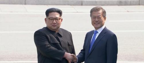 Kim Jong-un e Moon Jae-in si incontrano per la prima volta.