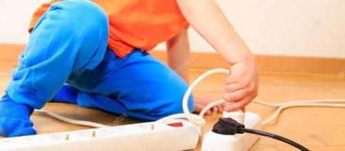 niño jugando con electricidad — Fotos de Stock © Nadezhda1906 ... - depositphotos.com